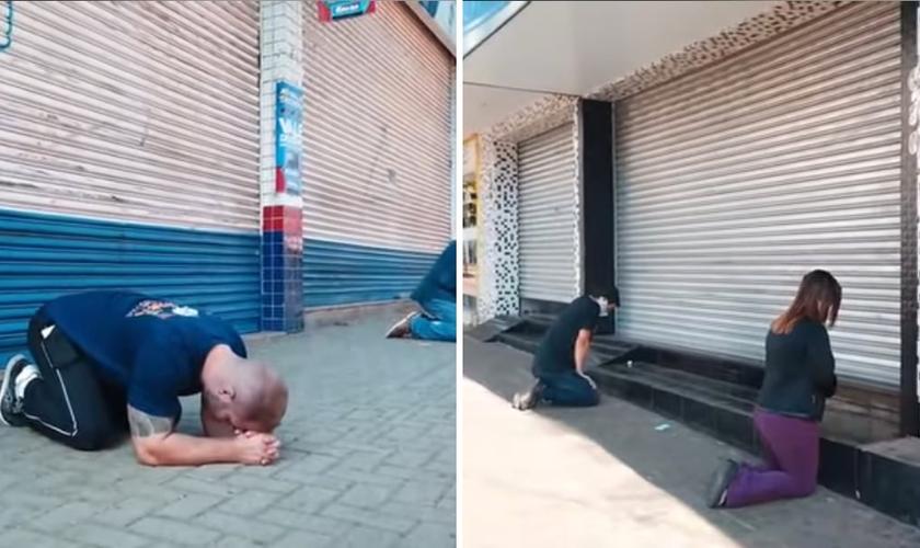 Com as lojas fechadas, comerciantes se ajoelharam em oração. (Foto: Reprodução)