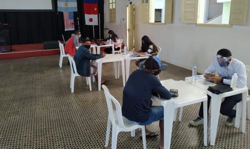 Beneficiários são orientados por voluntários dentro da igreja. (Foto: Primeira Igreja Batista de Pinheiros)