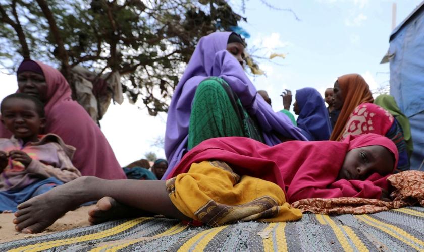 Menina refugiada descansa em acampamento de perto de Mogadíscio, na Somália, depois de fugir da região de Lower Shabelle. (Foto: Feisal Omar/Reuters)