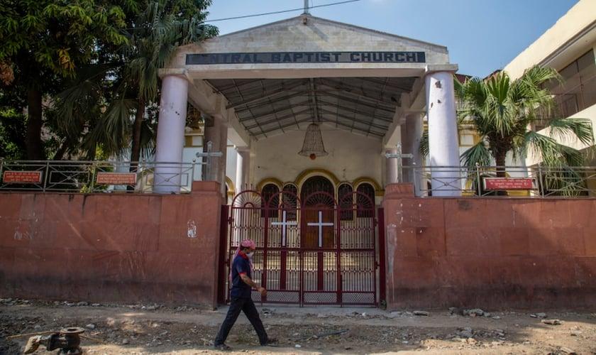 Homem passa em frente a Igreja Batista (Foto: Getty Images/Yawar Nazir)
