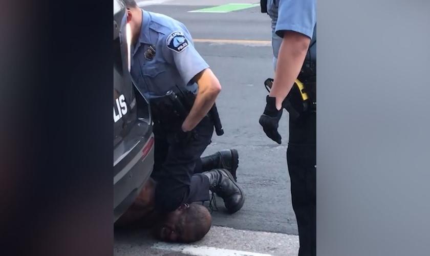O homem disse que não conseguia respirar, enquanto um policial pressiona o joelho em seu pescoço. (Foto: CNN)