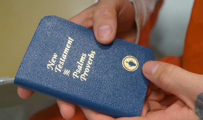 Os Gideões são uma organização internacional que há mais de um século distribuem Bíblias em locais como escolas, presídios, hotéis e diversos outro locais. (Foto: Clare More Daily Progress)