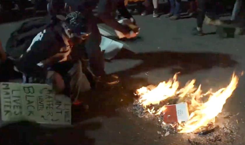 Manifestantes queimam Bíblia em protesto na cidade de Portland, EUA. (Foto: Reprodução/YouTube)
