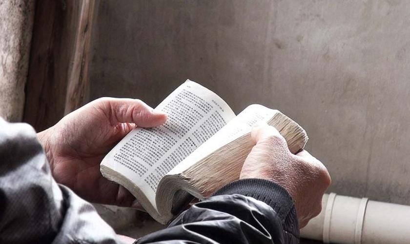 O relato bíblico que relata o momento em que Jesus defende uma mulher adúltera do apedrejamento foi alterada em um livro chinês. (Foto: Portas Abertas / EUA)
