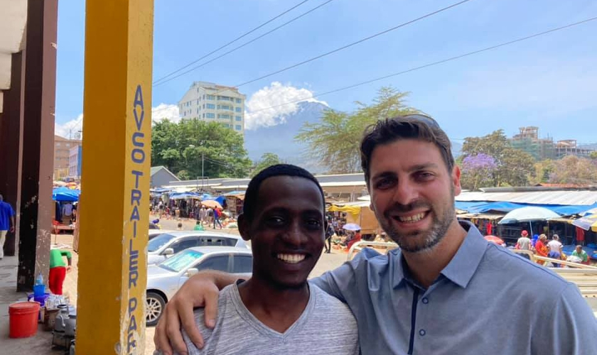 Hamzal foi intérprete do missionário Jon Farino durante viagem à Tanzânia. (Foto: Facebook/Jon Farino)