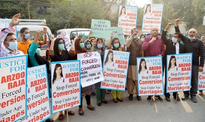 Pessoas saem às ruas para protestar contra o casamento forçado da adolescente Arzoo Raja com um muçulmano de 45 anos que a sequestrou, no Paquistão. (Foto: Shutterstock)