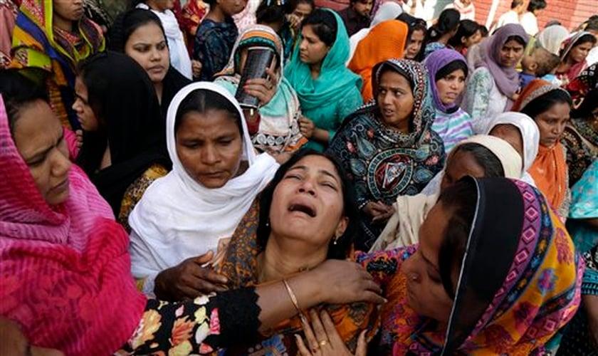 O sequestro de mulheres e garotas cristãs, seguido da submissão forçada dessas vítimas ao casamento islâmico forçado tem se tornado um crime frequente no Paquistão. (Foto: AFP)