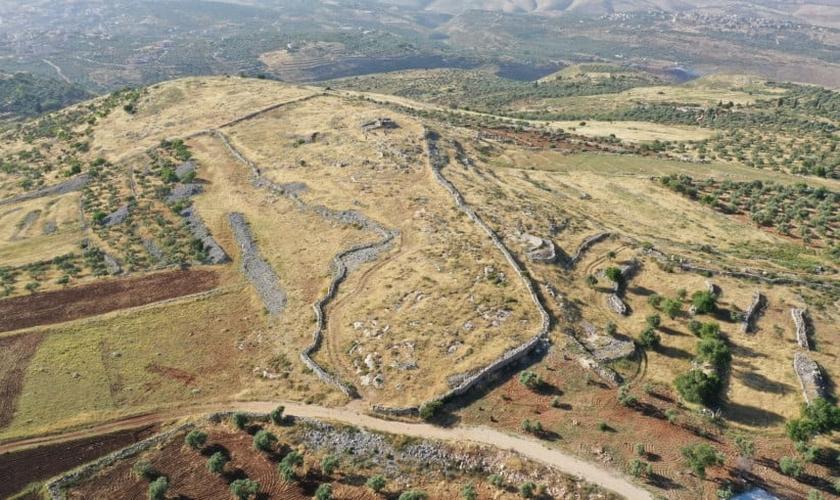 Vista aérea do local bíblico do altar de Josué no Monte Ebal, em Israel. (Foto: Shuki Levine)