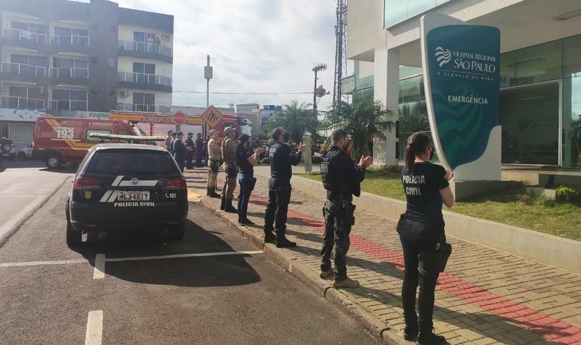 Policiais civis e militares e bombeiros fizeram uma oração em frente ao Hospital Regional São Paulo. (Foto: Alessandra Bagattini/Lance Notícias)