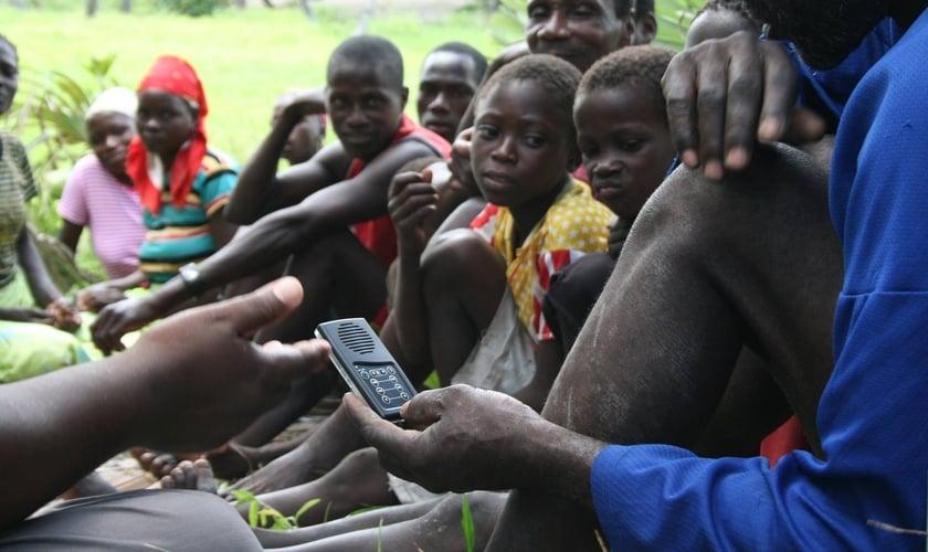 O jovem Koikai aprendeu a Palavra de Deus em áudio. (Foto: Kenya Hope)