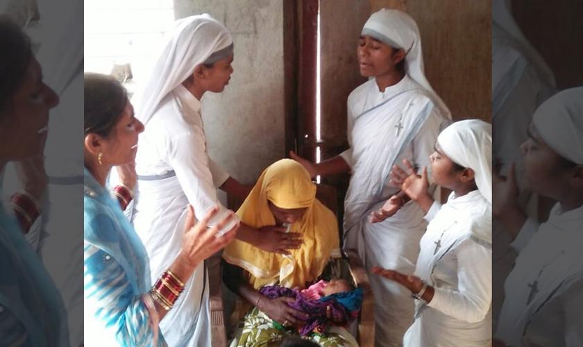 Arleta recebeu oração de missionárias conhecidas como Irmãs da Compaixão. (Foto: Gospel for Asia)