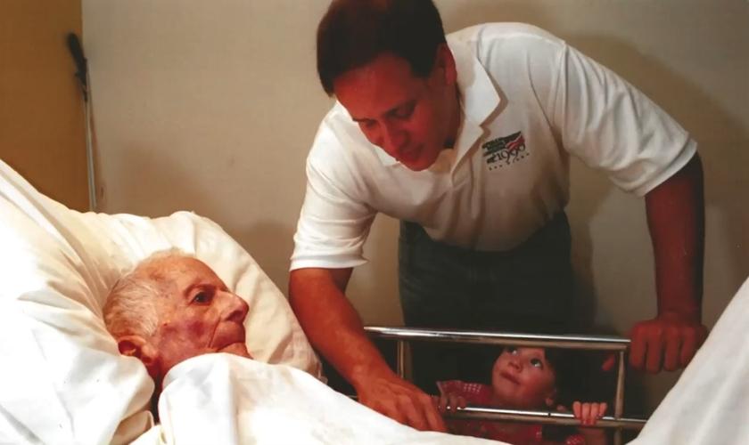 Chris Carrier orou por David McAllister, homem que o sequestrou quando era criança. (Foto: Arquivo pessoal)