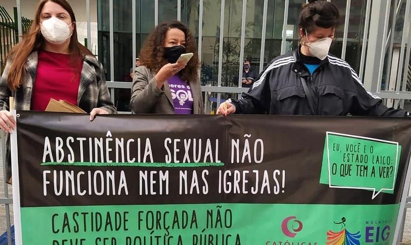 Grupos feministas protestam contra projeto que prevê abstinência sexual. (Foto: Reprodução/Instagram)