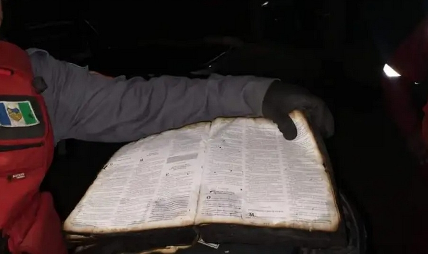 Bíblia recuperada após incêndio em Santa Cruz do Capibaribe (PE). (Foto: Blog do Ney Lima)