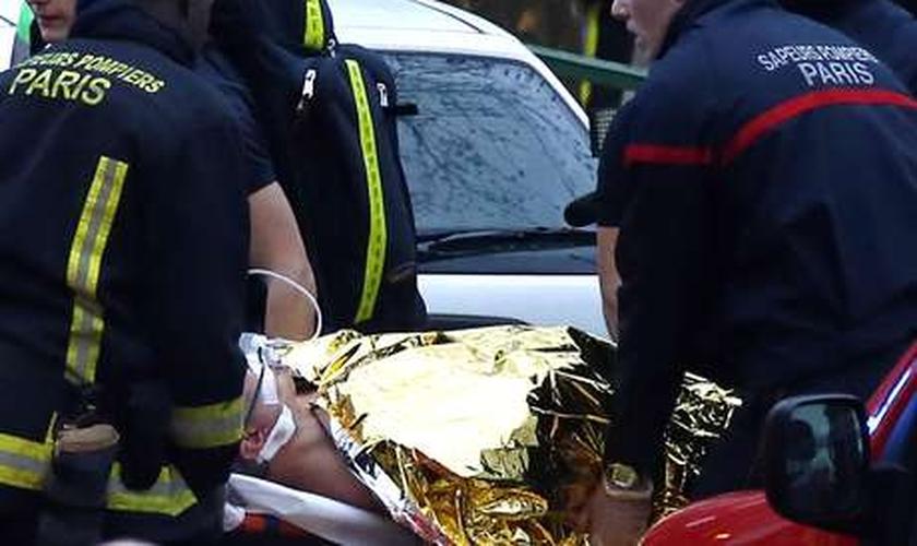 Equipes de socorro ajudam vítimas de ataques terroristas na França
