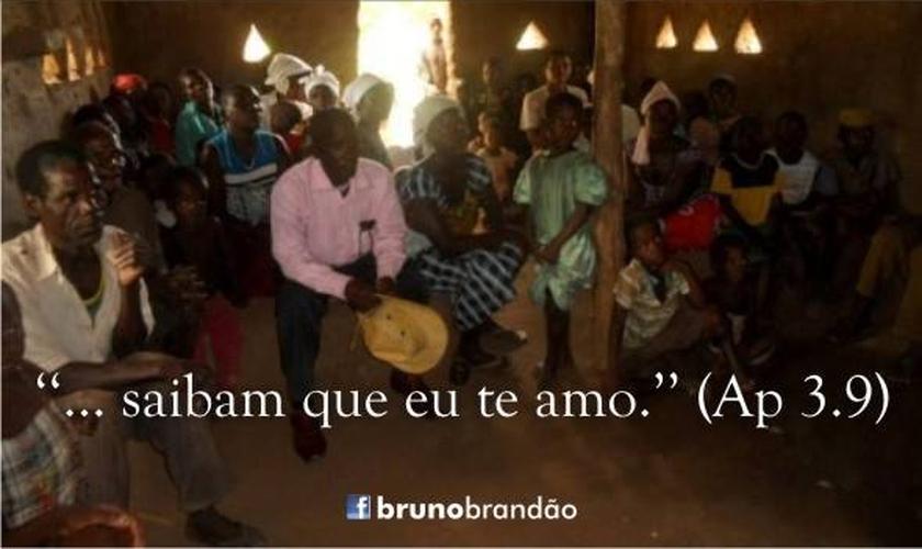 Culto realizado em humilde igreja africana