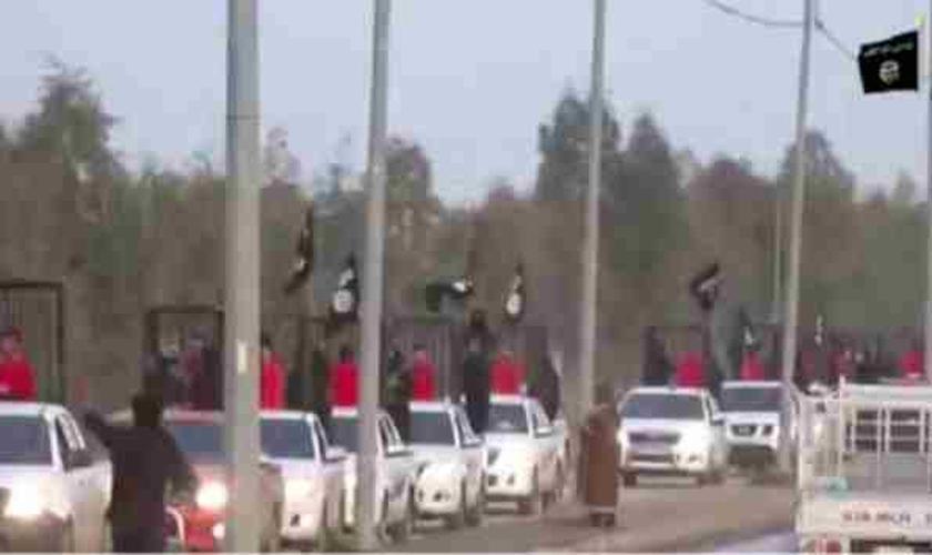 Um novo vídeo divulgado pelo Estado Islâmico (EI) mostra uma espécie de desfile, com 21 homens curdos enjaulados em cima de picapes, que conduziram os reféns pelas ruas iraquianas.