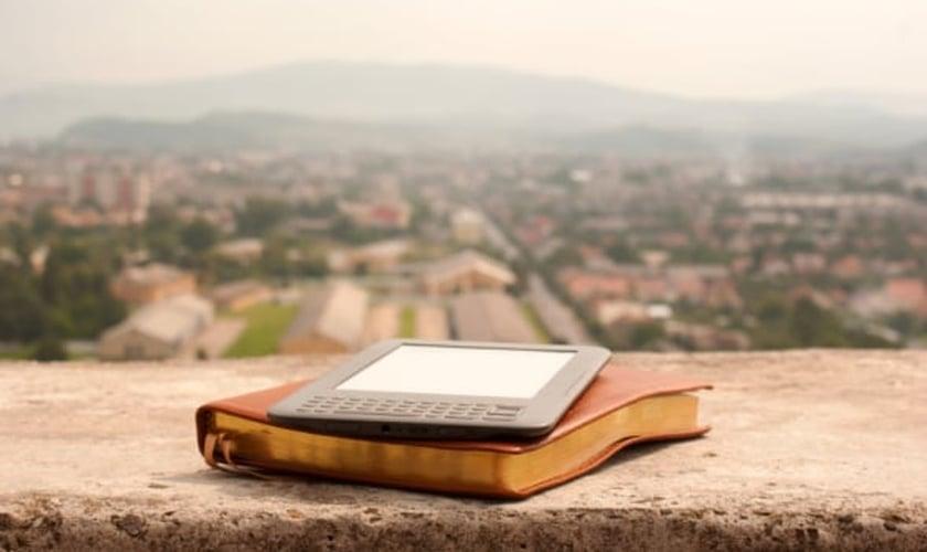 Imagem Ilustrativa: Bíblia e tablet. (Reprodução/ Abounding Wisdom)