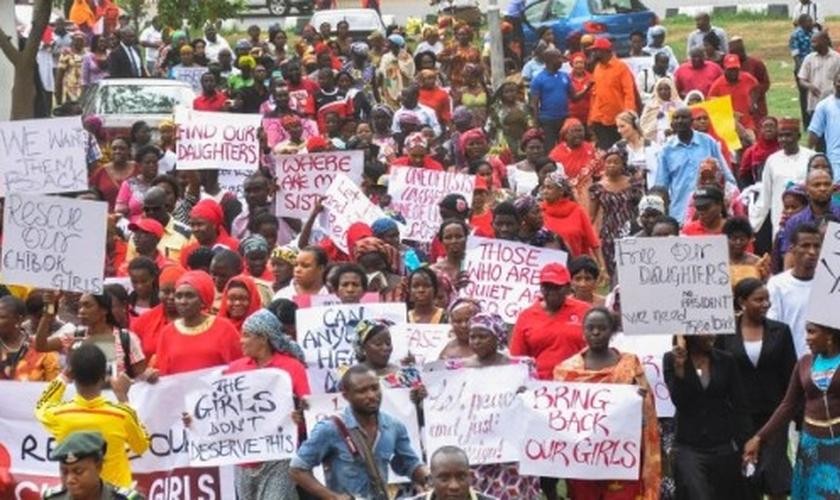 Manifestantes saem às ruas da Nigéria para protestar contra o sequestro de 250 meninas, capturadas pelo Boko Haram.