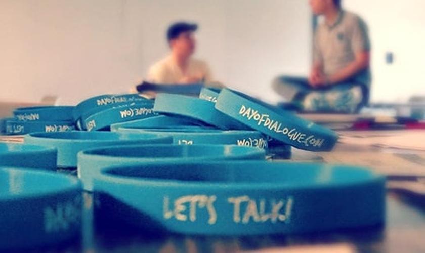 """Pulseiras promocionais do """"Dia do Diálogo"""" trazem também um convite: """"Vamos conversar?"""""""