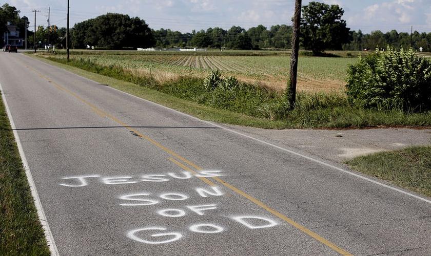 """""""Jesus Son of God"""" (Em português: Jesus Filho de Deus), em uma das pichações nas estradas da Itália. (Conway)"""