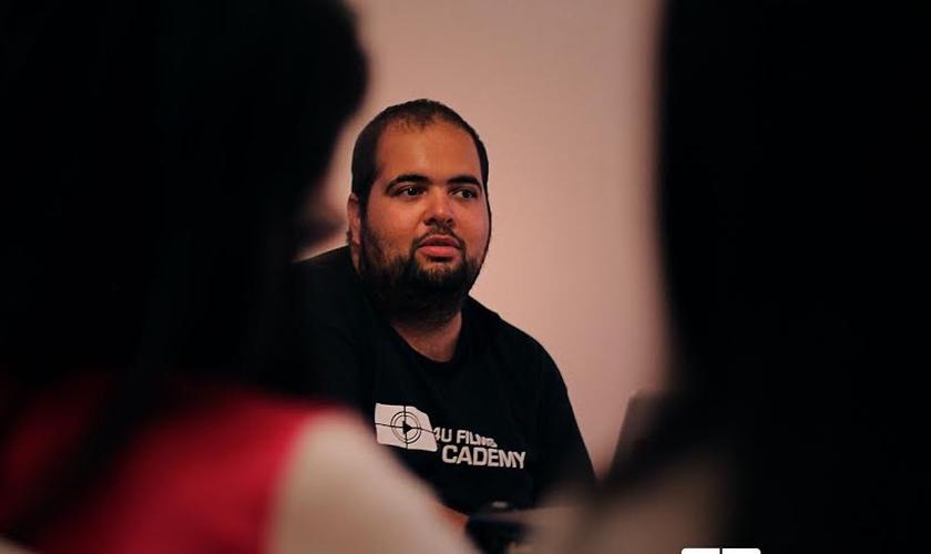 """Miguel Nagle, diretor do filme """"Metanoia - Mães de Joelhos, Filhos de Pé"""", ministrando aula."""