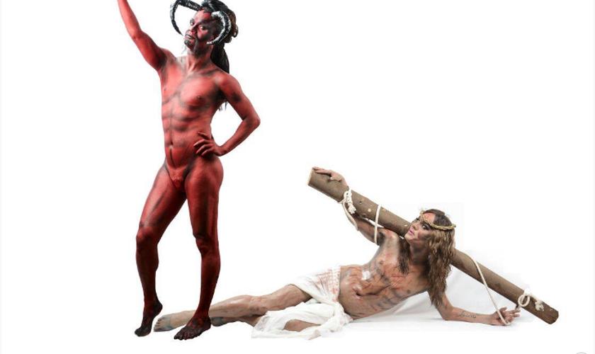 """Na foto intitulada """"A Selfie do Diabo"""", Satanás registra uma fotografia de si mesmo enquanto Jesus está caído no chão. (Foto: Ricardo Santiago)"""