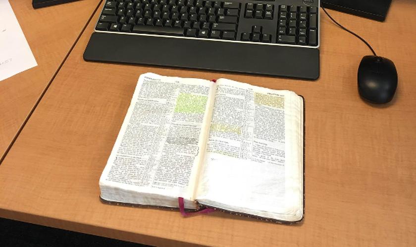 A Bíblia do major Steve Lewis foi registrada aberta, sobre sua mesa de trabalho. (Foto: Military Religious Freedom Foundation)