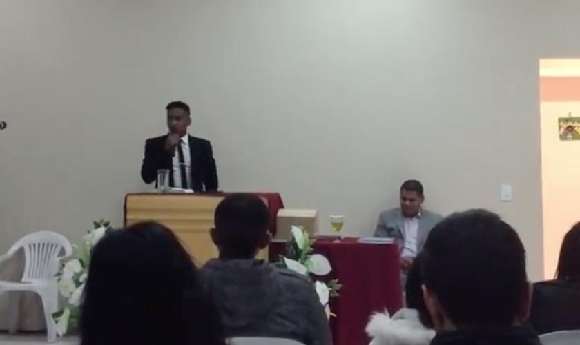Nas imagens, Matheus Biteco aparece pregando um sermão numa igreja evangélica. (Foto: Reprodução/Instagram)