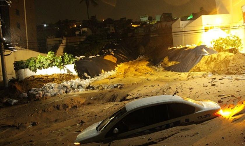 Foto feita na madrugada desta segunda-feira (23) mostra que táxi foi um dos carros que ficaram parcialmente soterrados após novo deslizamento em Mãe Luíza