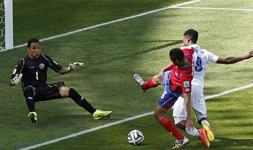 Goleiro costarriquenho Keilor Navas evita gol da Inglaterra, no Estádio do Mineirão, em Belo Horizonte