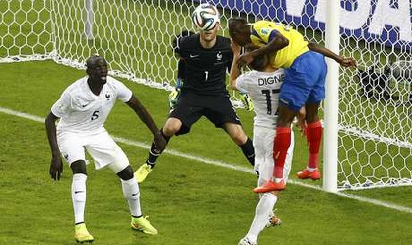 Valencia tenta marcar para o Equador, mas goleiro francês Hugo Lloris salva
