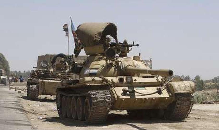 Tanques das forças iraquianas se dirigem às suas posições em uma intensa mobilização de segurança, a oeste de Bagdá, no Iraque, na terça-feira