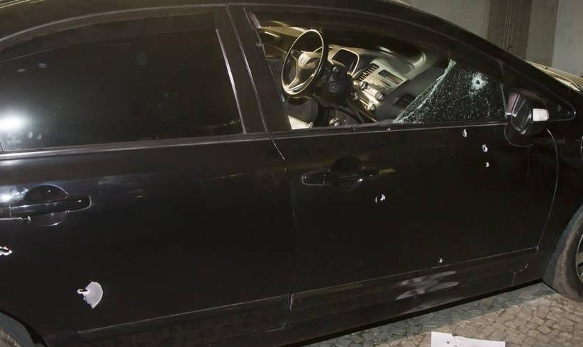 Mais de 20 tiros atingiram o carro do policial