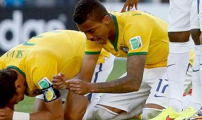 Brasileiros durante cobrança de pênaltis contra o Chile; semana em que lado emocional ganhou mais destaque do que futebol irregular