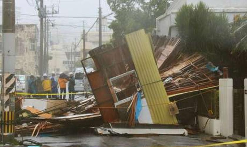 Uma casa de madeira em Naha, Okinawa, desabou devido aos fortes ventos causados pelo tufão Neoguri, em 08 de julho