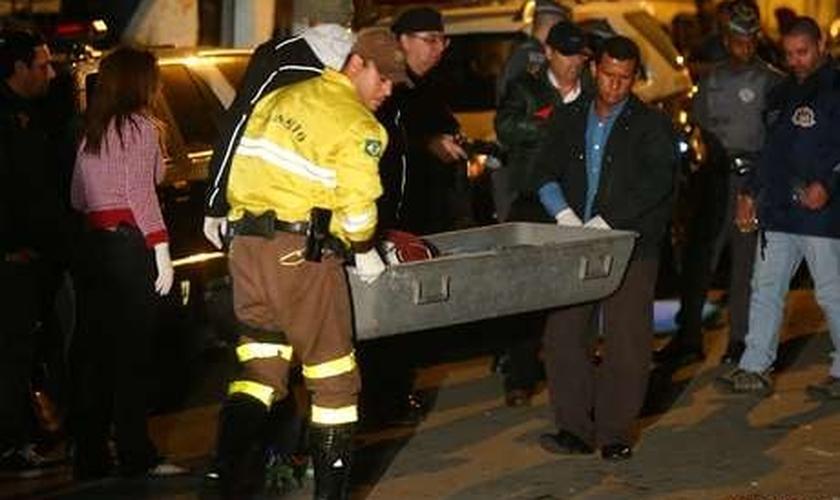 As vítimas foram baleadas na noite de domingo; três morreram no local