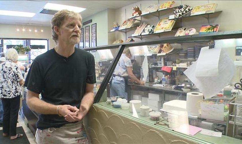 """""""Estou entregando nas mãos do senhor"""", diz confeiteiro processado por casal gay"""