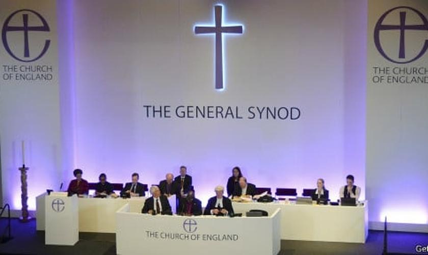 Igreja Anglicana aprova a ordernação de mulheres a bispas