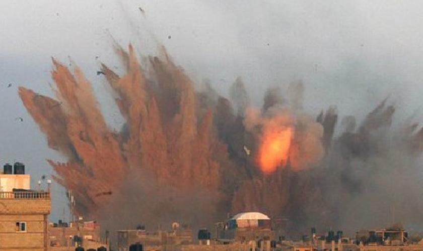 Explosão de bombardeio israelense é vista em Rafah, no sul da Faixa de Gaza
