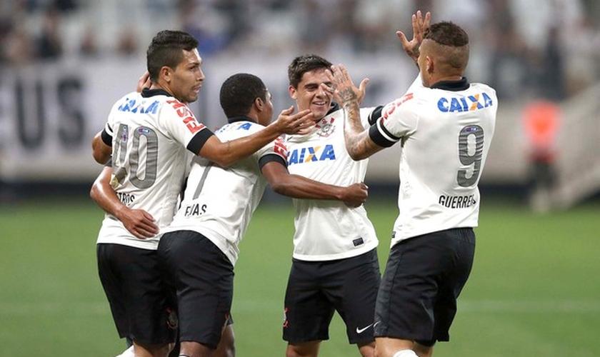 Jogadores do Corinthians comemoram o segundo gol contra o Internacional