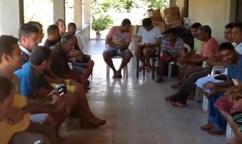 Dependentes químicos testemunham libertação das drogas Associação Ebenézer; veja