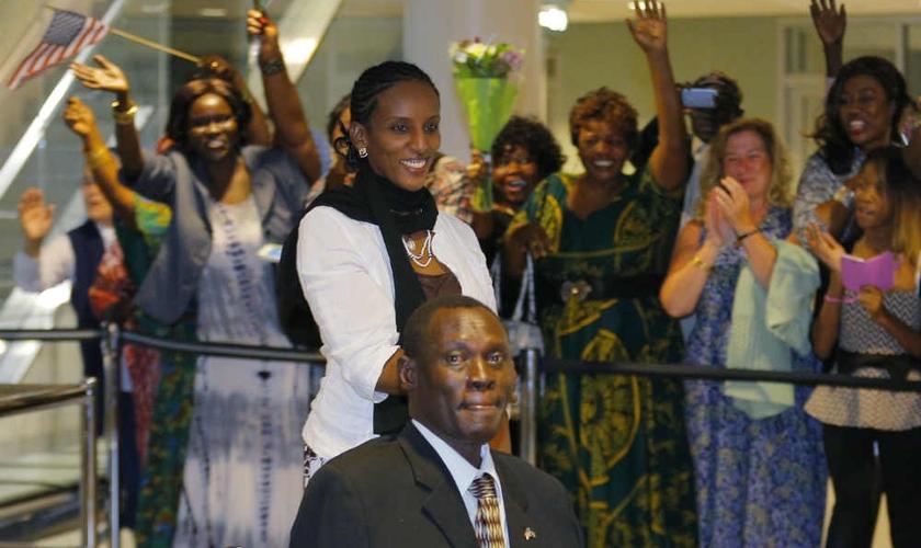 Meriam Ibrahim e família são recebidos por multidão em aeroporto dos EUA