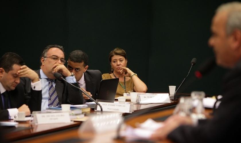 André Vargas (sem partido-PR) observa leitura do relatório de Júlio Delgado (PSB-MG) em processo por suposta quebra de decoro, na tarde desta terça