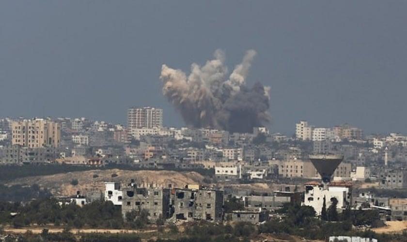 Explosão é vista em Gaza após ataque aéreo israelense nesta sexta-feira (8)