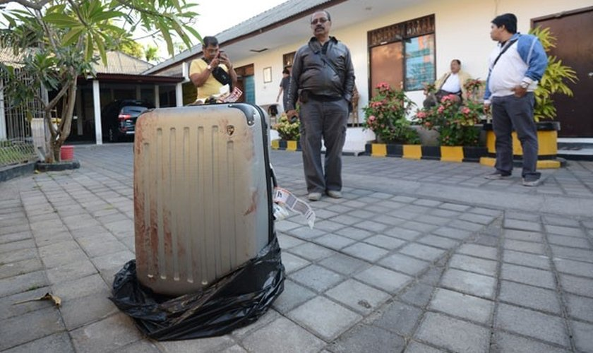 Foto desta terça-feira (12) mostra mala onde foi encontrado o corpo de uma americana junto a um hotel de luxo na ilha de Bali, na Indonésia