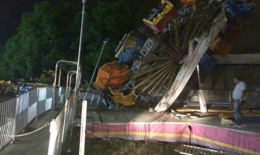 Roda gigante de cerca de 20 metros tombou enquanto estava em operação