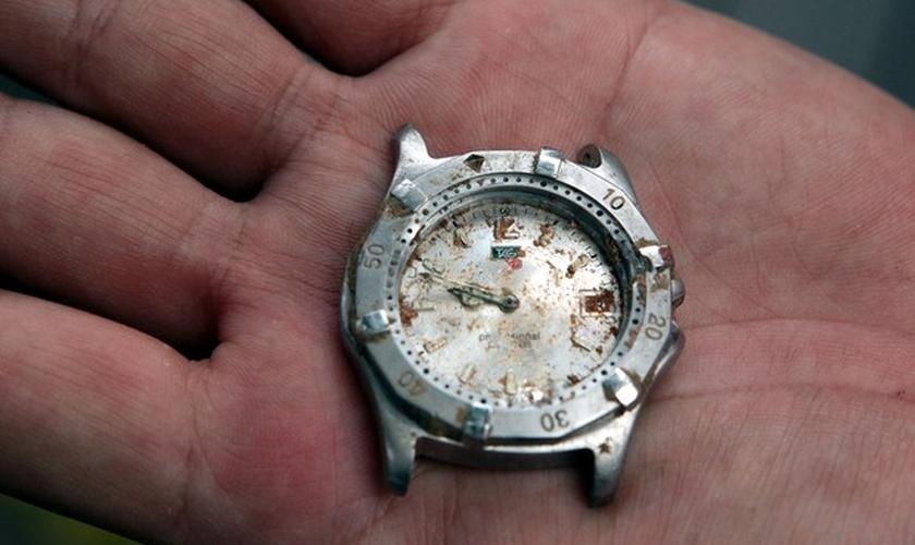 Relógio foi encontrado em meio aos escombros do acidente