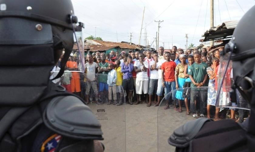 Soldados da força de Segurança da Libéria usaram balas de borracha e bombas de gás lacrimogêneo para dispersar manifestantes que queriam entrar em centro de quarentena de pacientes com o vírus ebola em West Point
