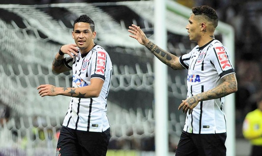 Luciano comemora um de seus três gols na vitória sobre o Goiás